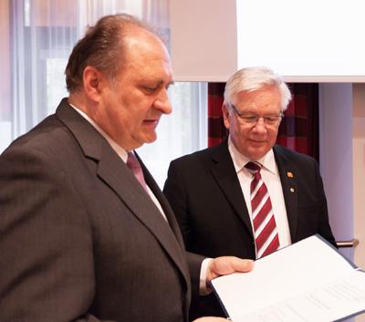 Konrad Steininger bekommt Handwerkszeichen in Gold, verliehen von ZDH-Präsident Wollseifer